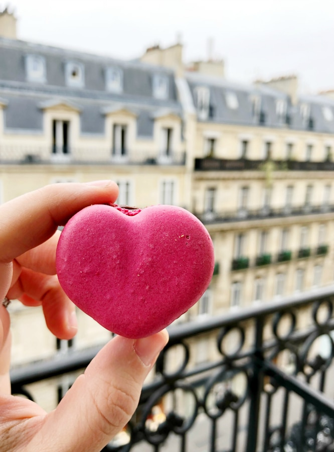 Eating healthy while traveling doesn't have to be super difficult. Last month we traveled to London and Paris for the girls' spring break and, with a bit of planning ahead, found all sorts of wonderful healthy (and sometimes healthy-ish) eats!